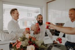 Prost und auf den Bräutigam in den eigenen 4 Wänden kurz vor der kirchlichen Hochzeit in Dingolfing
