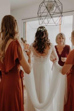 Der Brautschleier wird von den Brautjungfern und der Brautmutter getragenen und wird von Martina Feicht in Österreich und Passau fotografiert
