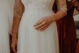 Der Verlobungsring der Braut vor ihrem wunderschönen Brautkleid