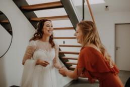 Gute Stimmung beim Getting Ready mit Braut und Brautjungfer