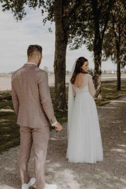 First Look am Hochzeitstag mit Braut und Bräutigam und der Bräutigam ist zu Tränen gerührt