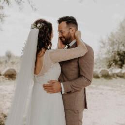Bräutigam muss weinen weil seine Braut wunderschön aussieht und die Liebe ganz groß ist