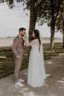 Braut tröstet den Bräutigam beim First Look in Dingofling