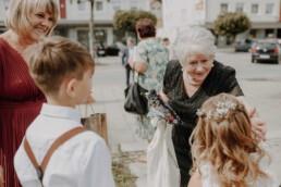 Oma streichelt Enkelkind kurz vor der Hochzeit in Passau und in Österreich