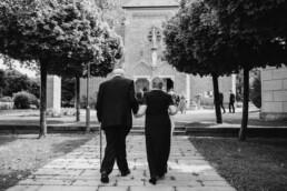Großeltern auf den Weg in die Kirche zur Trauung fotografiert von Martina Feicht Fotografie