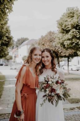 Braut und Freundin werden von der Hochzeitsfotografin Martina Feicht fotografiert in der Nähe von München