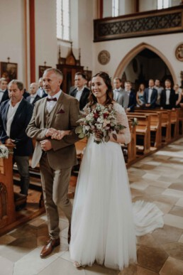 Der Einzug der Braut und dem Brautvater in die Kirche