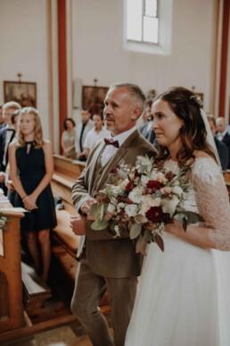 Der emotionale Einzug der Braut und dem Brautvater in die Kirche