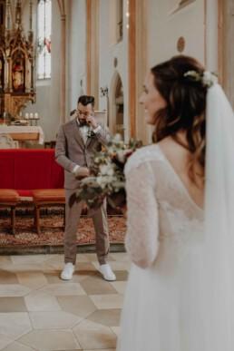 Bräutigam weint beim Einzug der Braut in die Kirche in Dingolfing