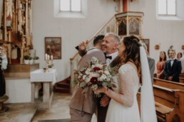 Brautvater übergibt die Braut an den Bräutigam und werden fotografiert von der Hochzeitsfotografin Martina Feicht