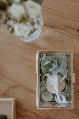 Detailshot vom Bräutigam, Uhr von Kerbholz, Fliege, Manschettenknöpfe und einen Hochzeitstag Duft in Dingolfing in Bayern