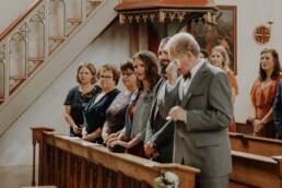 Emotionale Reaktion des Bräutigamvaters beim Einzug in die Kirche