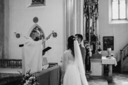 Segnung des Brautpaares durch den Pfarrer in München und Passau fotografiert von Martina Feicht Fotografie