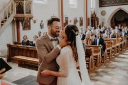 Der erste Kuss als Brautpaar in der Kirche mit Martina Feicht fotografie in Passau