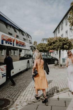 Gast steigt in den Bus zur Feierlocation nach Egglham Kulturwirt mit Martina Feicht Fotografie