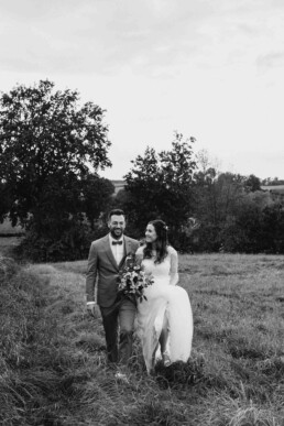 Brautpaarshooting Lovestory outdoor im Feld bei Sonnenuntergang