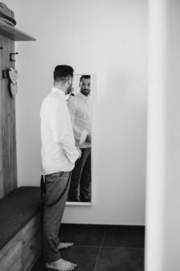 Bräutigam in seinen eigenen Haus kurz vor der großen Hochzeit in Passau und München, ein letzter Blick in den Spiegel bevor es vor den Altar geht