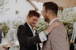 Gratulationen vom Freund des Bräutigams an der Hochzeit mit Hochzeitsfotograf Martina Feicht