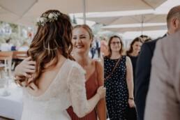 Herzliche Gratulationen der Freundin an die Braut