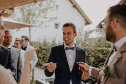 Herzliche Gratulationen der Freundin an die Braut haben Spass und viel Freude