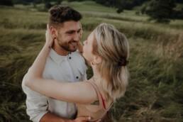 Frisch verliebtes Paar in der Nähe von Passau beim Paarshooting fotografiert von Martina Feicht Fotografie