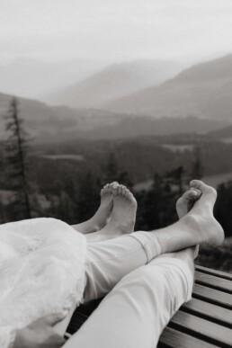 entspanntes Coupleshooting in Österreich in Werfenweng in den Bergen im Salzburger Land nach Hochzeit fotografiert von Martina Feicht