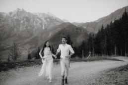 entspanntes Coupleshooting in Österreich in Werfenweng in den Bergen im Salzburger Land nach Hochzeit fotografiert von Martina Feicht, authentisch und echt