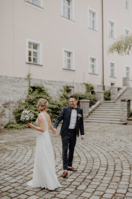 First Look bei der Standesamtliche Trauung in Metten bei Deggendorf fotografiert von Martina Feicht Fotografie